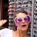 Wer eine neue Brille anprobiert steht wie ein Maulwurf vorm Spiegel